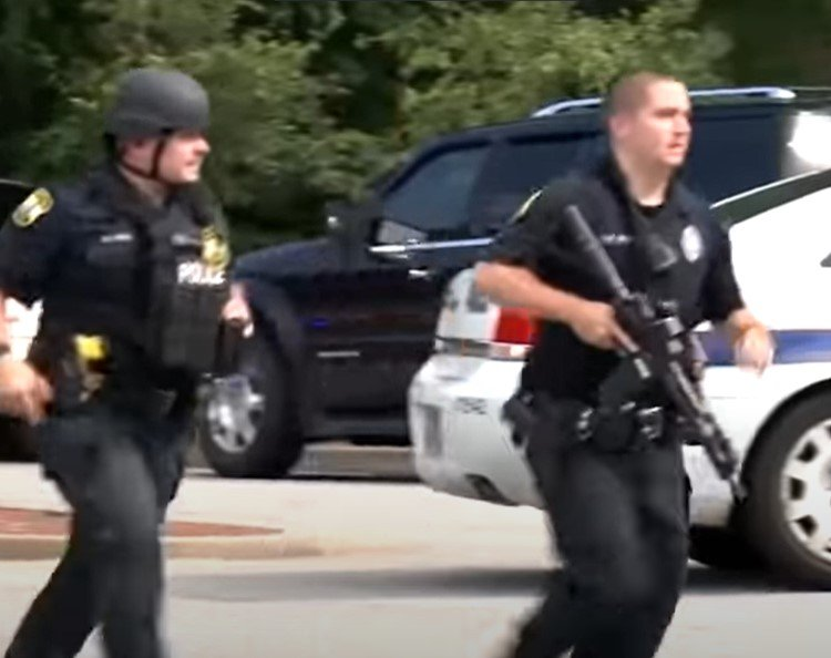 Heavily armed officers respond to Virginia Beach mass shooting in 2019 - Screenshot courtesy of Global News on YouTube