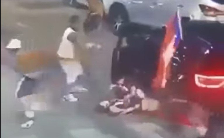 Man shields girlfriend from gunfire after being pulled from car in Chicago - Screenshot courtesy of LAN on YouTube
