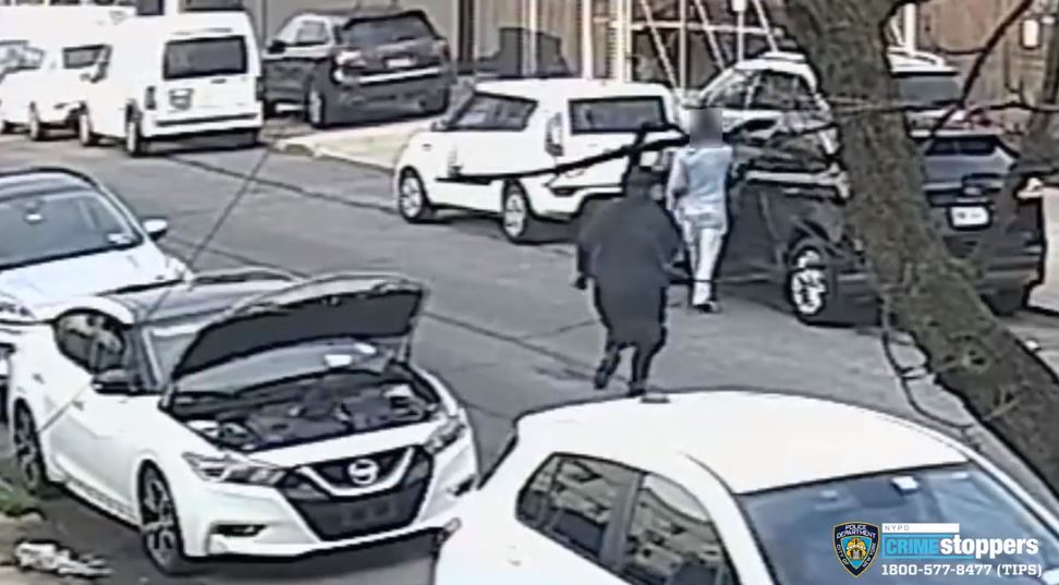 Video: Gunman feigns working on car and shoots victim several times in head